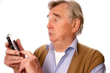 Senior mit Handy